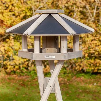 930332-1-casetta-per-uccelli-norje-voss-garden-con-palo-di-sostegno-a-croce-bianca.jpg